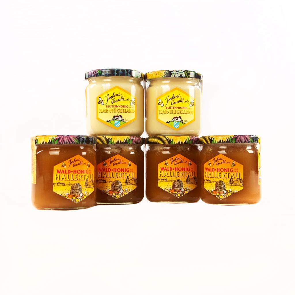 Ein Honigsortiment von Tagwerk Imkerei Oswald mit hofeigenem Etikett.