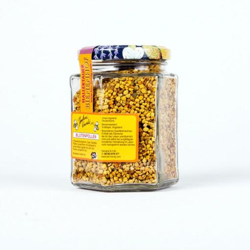 Ein sechseckiges Glas Deutscher Bienenpollen bzw Blütenpollen. Die Pollen sind von unterschiedlichen Farbtönen und stammen zu einem großen Teil von Wildblütenpflanzen.