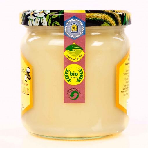 Honig im Glas der Sorte Blüten-Honig mit dem Siegel biokreis, regional & fair, Der Grüne Punkt, und Anerkannter Imkerei-Fachbetrieb Siegel vom Berufs-und Erwerbs-Imkerbund.