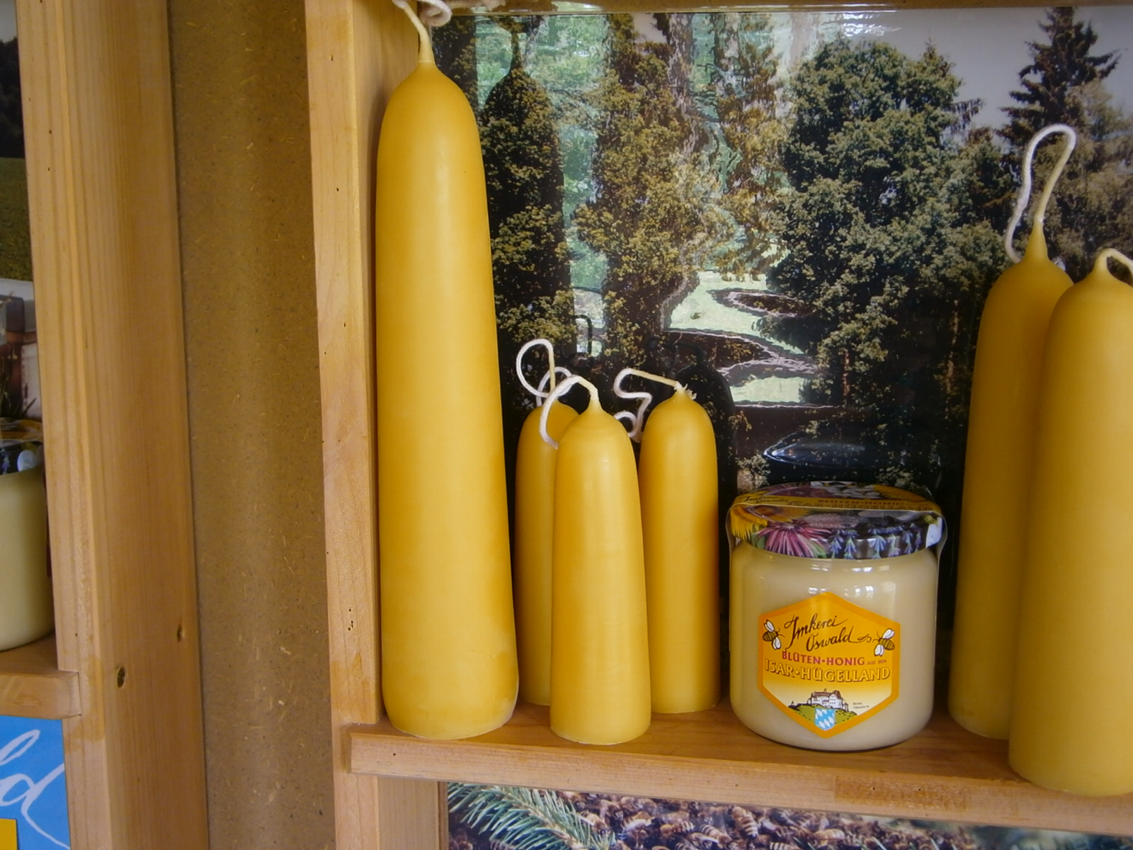Eine sehr grosse Bienenwachs-Kerze im Honigladen und Kerzenshop der Imkerei Oswald