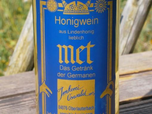 Eine Flasche Deutscher Met vom Imker in Bayern.