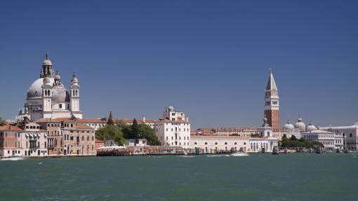 Das smaragdgrüne Wasser der Lagune von Venezia.