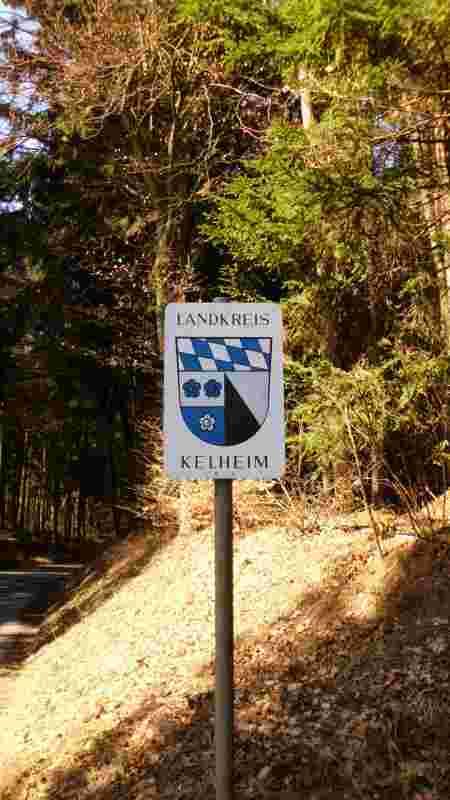 Das Landkreis Wappen von Kelheim am Brautlacker Berg.