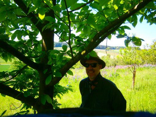 Imkermeister Oswald an einem seiner landschaftlich sehr reizvollen, ökologischen Bienenstände.