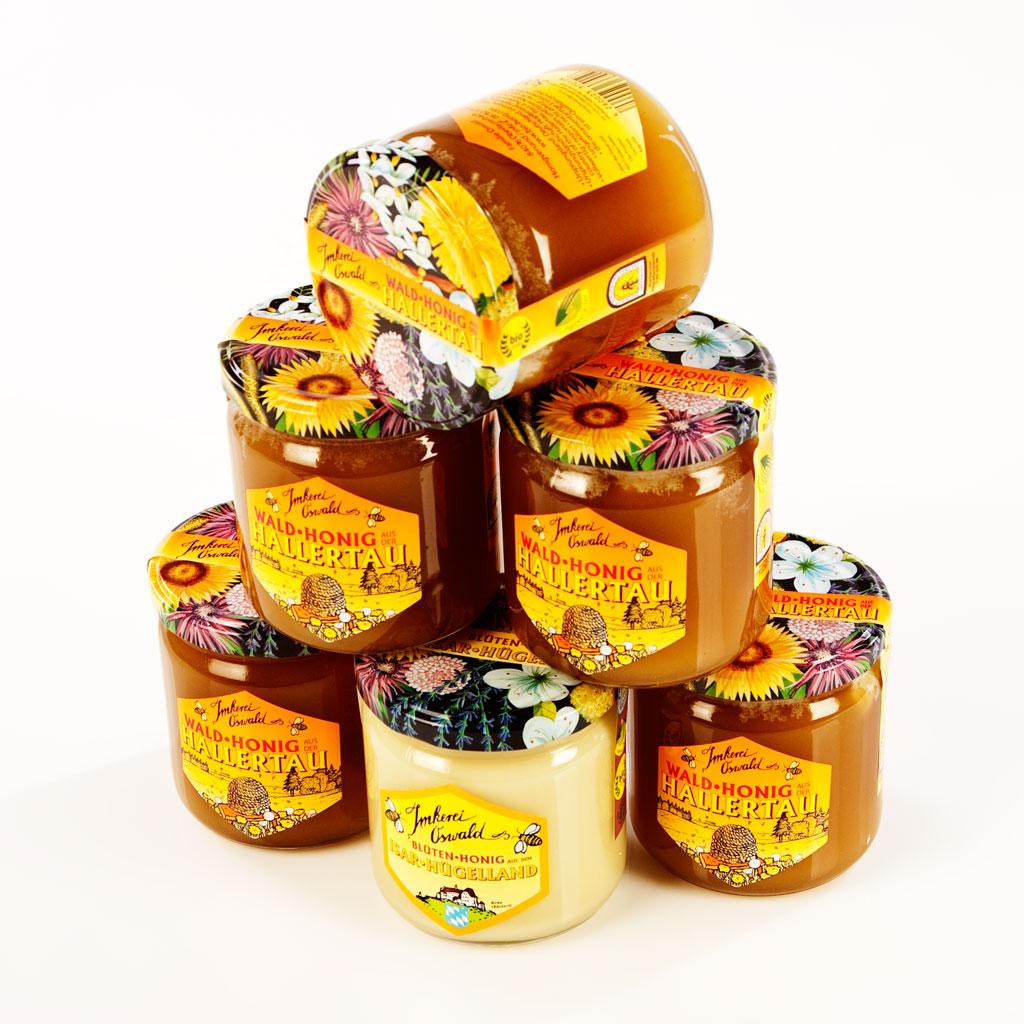 Einige Honiggläser mit Natur-Biohonig.