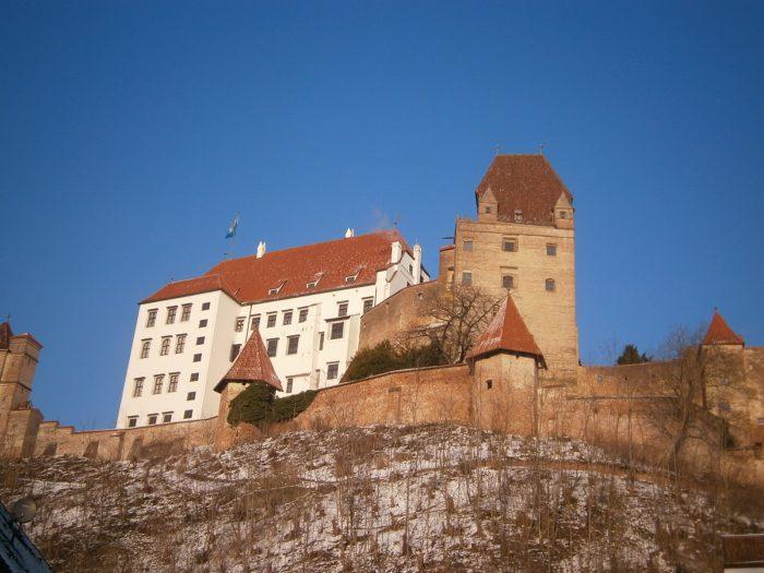 Von der alten Bergstraße aus auf der Höhe des Ochsenklaviers sieht man die Burg Trausnitz, eine mittelalterliche Burg mit ihren vielen Türmchen, Erkern und Wehrmauern.