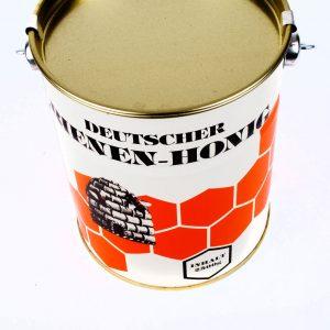 Ein Eimer Honig zum Backen im Blecheimerchen.