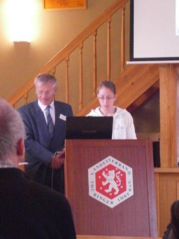 HONIG POLLEN KAUFEN; Professer Steffen Rückl mit Assistentin beim Vortrag.