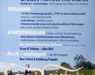 TAGWERK HONIG Tagwerk Plakat zum dreissigjährigen Gründungsjubiläum mit Kindern, die die einzelnen Buchstaben des Tagwerk Logos halten. Daneben steht eine Kuh auf der Weide.