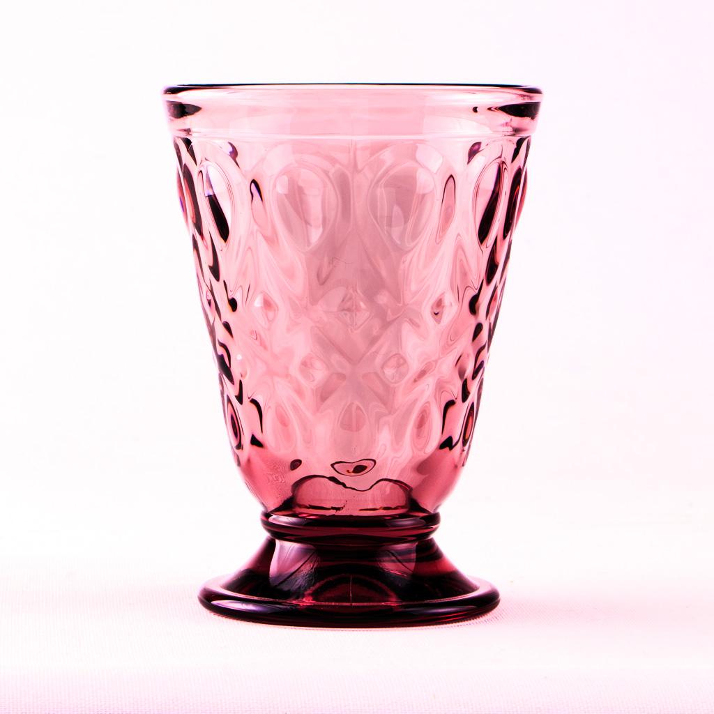 Rosé Weinglas Renaissance Rouge vor opakem Hintergrund.