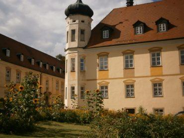 Bio-Honig; Der wunderschöne Innenhof der Benediktinerabtei Plankstetten mit Bienengarten, und honiggelber Fassadenmalerei.