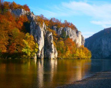 Der Donaustrand der Halbinsel des Klosters Weltenburg, dahinter die Kalkfelsen des Naturschutzgebiets Weltenburger Enge.