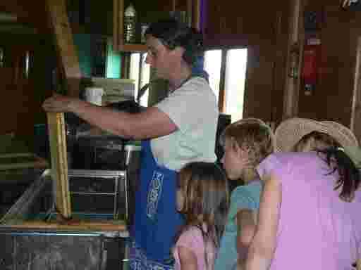 Ruth Oswald erläutert einer befreundeten Familie den Ablauf der Honigernte.