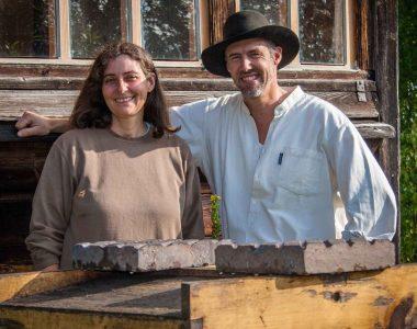 Das Gründerehepaar des Bienenhofes der Imkerei Oswald im Isar-Hügelland vor dem historischen Bienenhaus.