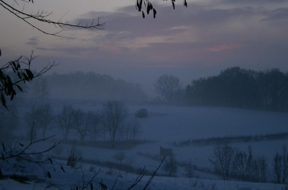 Malerisches Landschaftsbild in Pastellfarben. Sonnenuntergang bei Pfeffenhausen im Landkreis Landshut in Niederbayern, Deutschland.