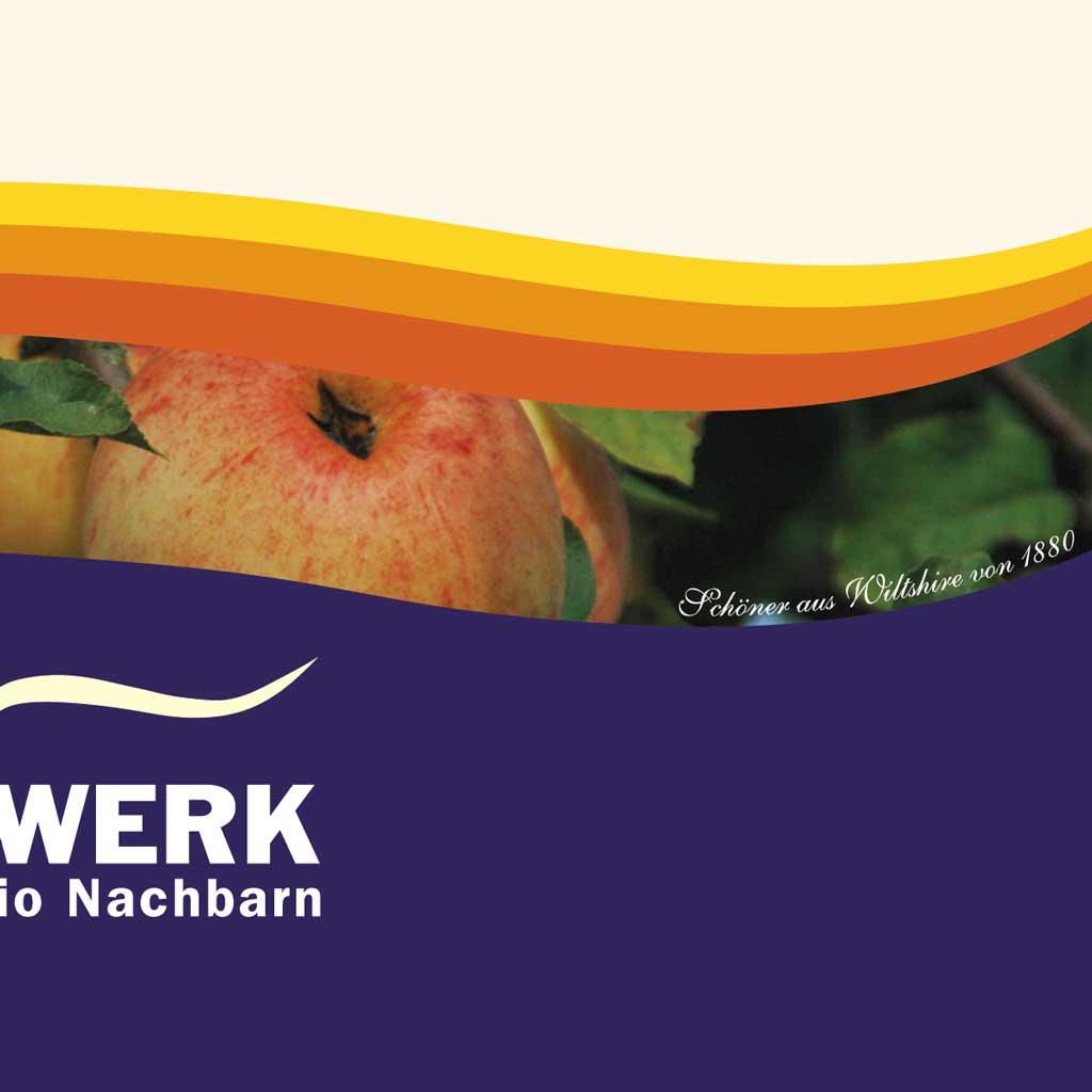 """Tagwerk Apfelsaft Etikett Imkerei Oswald. Darauf zu sehen die Tagwerk Welle, die einen Regenbogen stilisiert, und ein Apfel, nämlich der Sorte """"Schöner von Wiltshire"""" von 1880, fotografiert auf dem Tagwerk Bienenhof von Imkerei Oswald."""