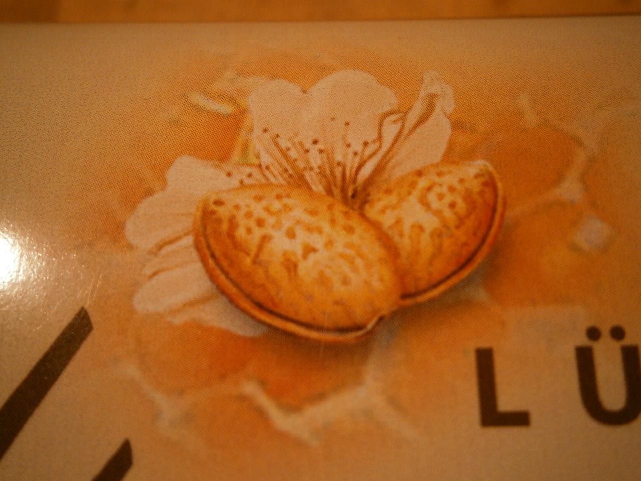 Mandelkerne in der Schae mit Mandelblüte.
