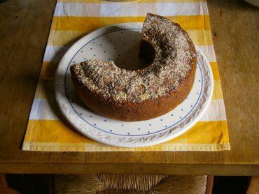 Vollkorn-Kuchen mit Bio-Honig auf Kuchenplatte.