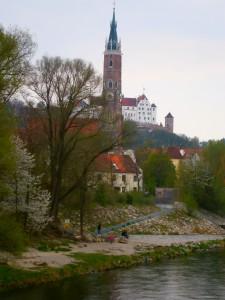 Die kleine Isar (die Isar fließt an dieser Stelle geteilt in zwei Flussarme)), dahinter die Mühleninsel, St.Martin und die Burg mit Beflaggung wegen der Frühjahrsdult