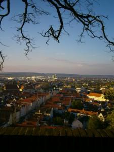Die Statt vom Schanzl aus gesehen einem Aussichtspunkt an der Äußeren Burgmauer. Blick nach Norden über die Stadt Landshut im Isar-Tal.