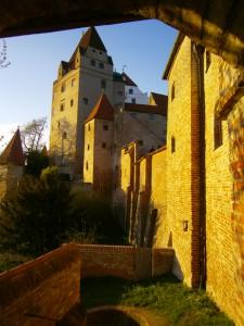 Der älteste Teil der Burg im Abendsonnenlicht