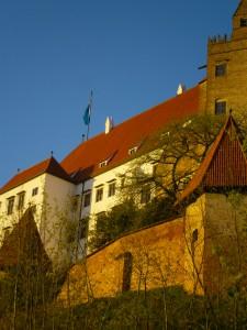 Die alte Burg, im Vordergrund zwei Wachtürme, dahinter der italienische Anbau und die Kemenate (ein beheizbarer Wohnteil). Hier befindet sich auch noch ein komplett holzvertäfeltes Zimmer von 1590 im Originalzustand
