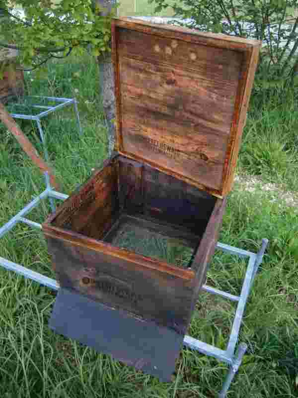 Eine Bienenwohnung, vorbereitet für die Ein logierung eines Bienenschwarmes.