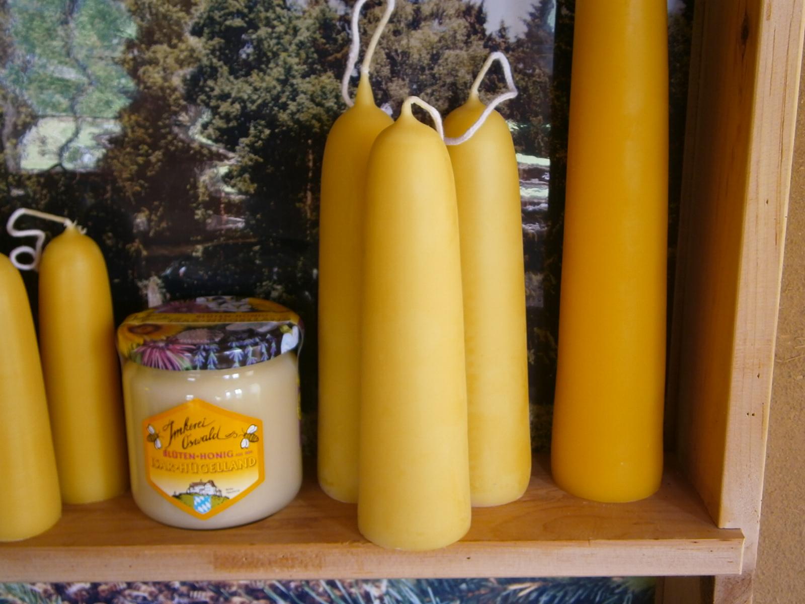 Kerzen aus Deutschem Bienenwachs: Mittelgroße Stumpenkerzen aus reinem Bienenwachs, handgezogen aus Deutschem Bienenwachs mit schöner wachsgelber Farbe ohne Aufheller oder Färbung, mit der natürlichen Farbe des Bienenwachses.