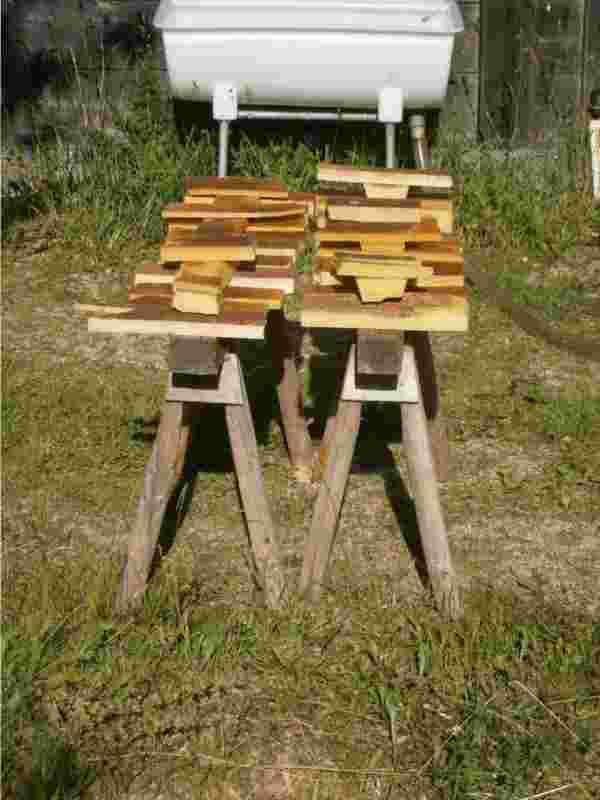 Wachs von den Bienen. Wo Biowachs kaufen? Biowachs-Barren in der Sonne zum Trocknen ausgelegt.