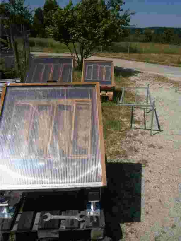 Wachs von den Bienen beziehungsweise Bienenwachs kaufen: Drei Sonnenwachsschmelzer im Einsatz zur Gewinnung von Sonnenwachs.