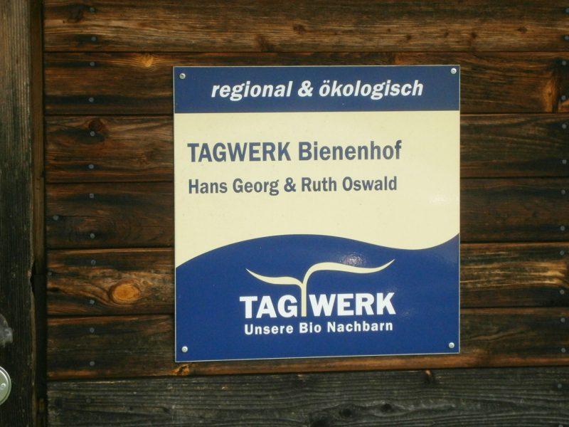 Unsere Imkerei ist seit vielen Jahren Erzeugergenossenschaftsmitglied bei der Verbraucherinitiative Tagwerk eG, die sich für naturgemäßes Leben sowie regionale und ökologische Lebensmittelerzeugung im Raum Dorfen, München, und Umgebung einsetzt. Der Landshuter Naturkostladen Frisch & Fein (jetzt: Tagwerk Biomarkt Frisch&Fein, http://www.biofrischundfein.de/ ) war der erste Laden, in dem es unseren Honig seit 1998 ununterbrochen zu kaufen gab.