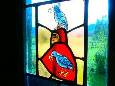 Rotes Wappenschild mit blauer Taube.