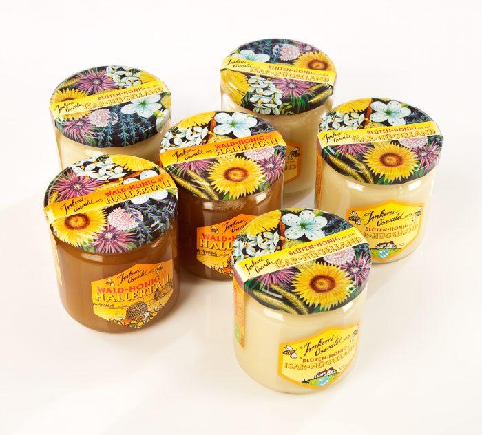 """Vier Gläser Blütenhonig und zwei Gläser Waldhonig der Bienenhof Biohonig Edition """"Otterbach"""" Foto: bio-honig.com."""