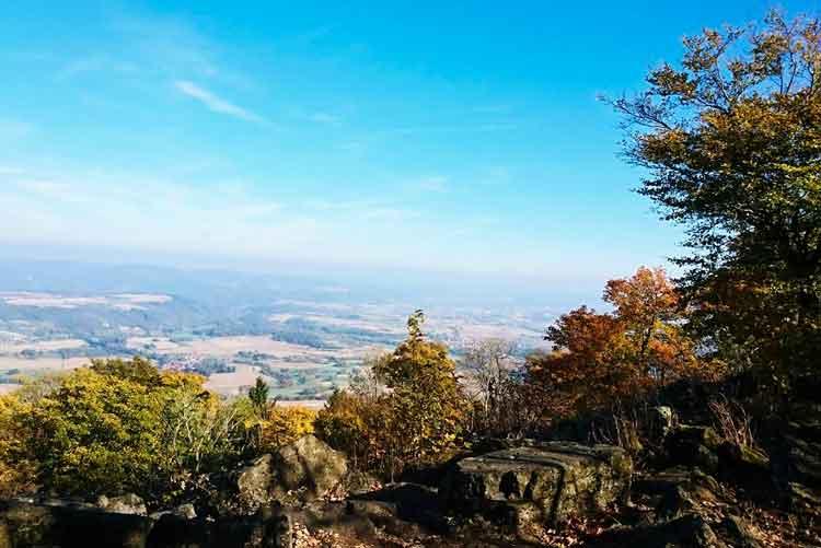Schoenes Blick von oben auf den Berg Meissner ins Tal.