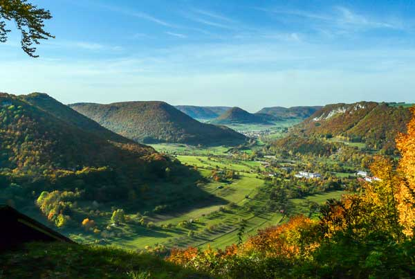 Von oben gesehen, die grüne Berge und blauen Himmel der Schwäbische Alb.
