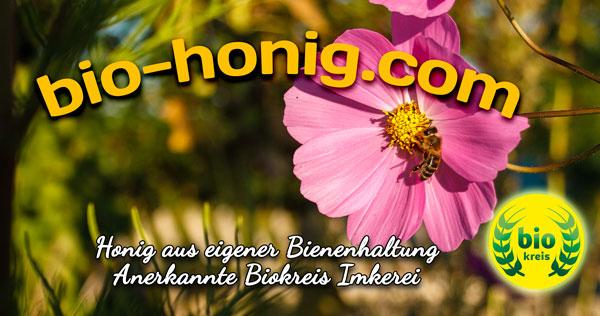 Honig Versand vom Imker, Honig aus eigener Bienenhaltung, Anerkannte Biokreis Imkerei Oswald. Logo Biokreis, Hautpbanner vom Onlineshop von Imker Familie Oswald. Es ist eine Cosmea-Blüte Abgebildet auf der eine einheimische Honigbiene sitzt und Nektar saugt.
