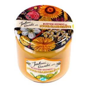 Imkerei Oswalds Blüten-Honig mit Löwenzahnblüte im 500g Glas auf weissen hintergrund. Der bunten Deckel ist mit Blumen zerstreut.