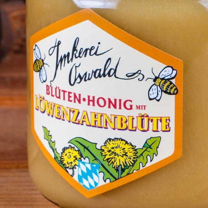 Ein Etikett von einem Honigglas (Löwenzahnhonig) in Grossaufnahme.