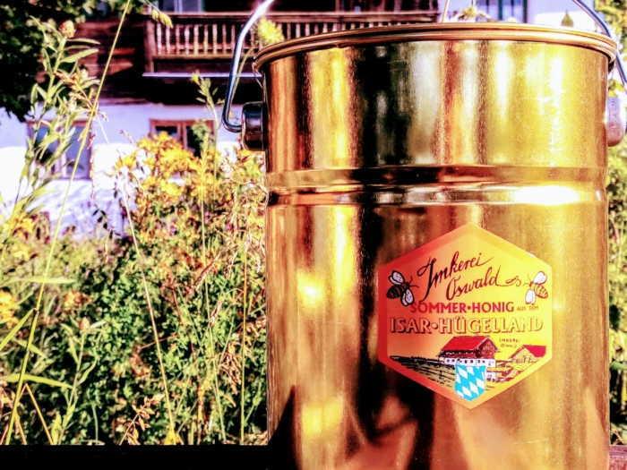 Feiner Honig vom Imker geerntet und abgefüllt in einen Honigeimer aus Weissblech.