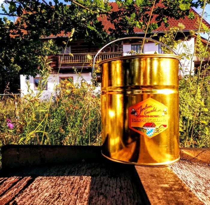 Ein frisch gefülltes Honigeimerchen aus goldenem Weissblech.