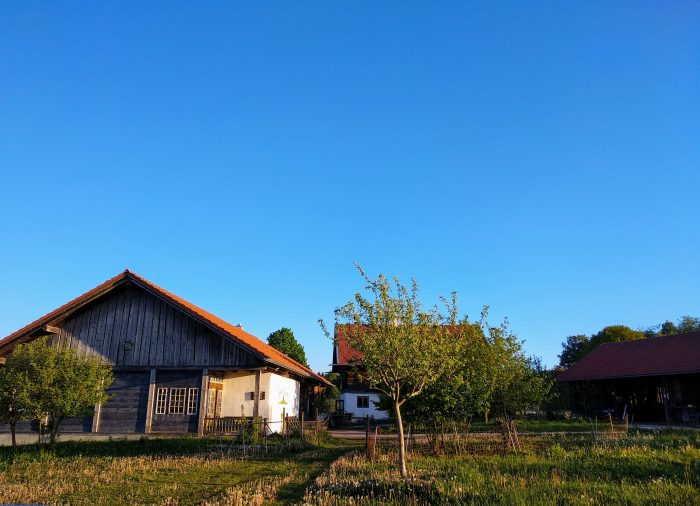 Imker-Hofstelle der Imkerei Familie Oswald mit kleinem Honigladen im Juli 2020 fotografiert von Imkermeister Hans Georg Oswald.
