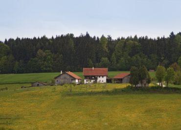 Der Hof der Familie Oswald liegt auf einem Hügel in 465 Meter über Meereshöhe im tertiären Isar-Daonau-Hügelland.