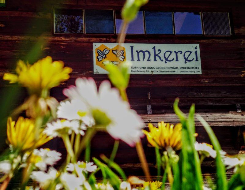 Bienenhaus aus Holz einer Imkerei in Deutschland im Jahre 2021.
