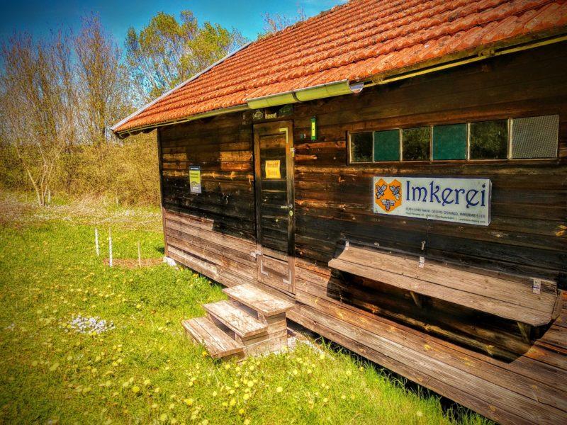Ein 75 Jahre altes Bienenhaus in Bayern.