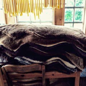Im Hofladen der Imkerei Oswald befindet sich ein Stapel brauner Lammfelle zum Verkauf ab Hof oder im Versand über sen Shop bio-honig.com